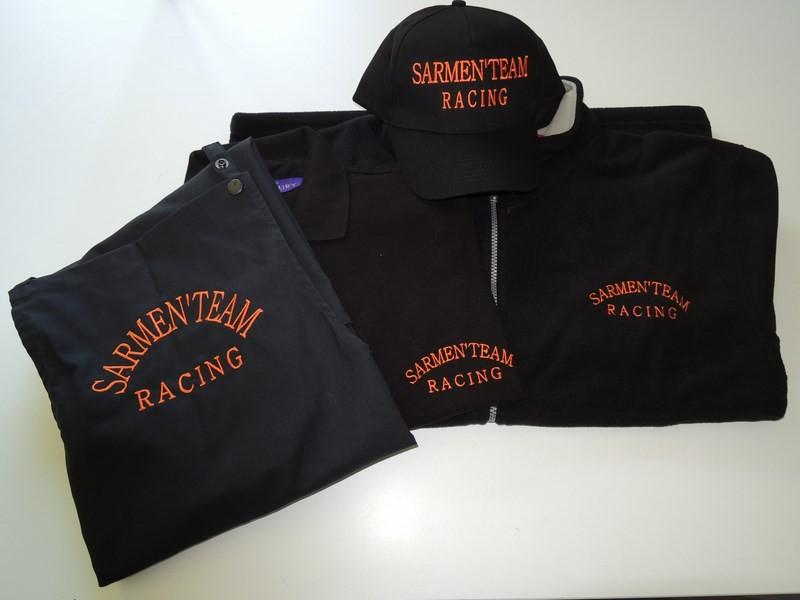 Panoplie de vêtements casquette, tablier, polo, veste polaire brodés au logo du club de Rallye