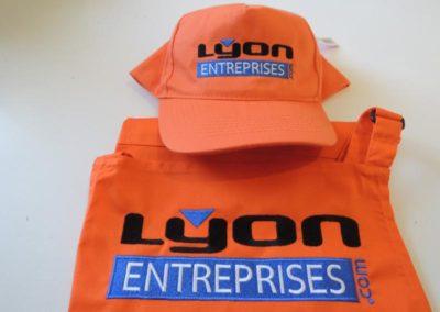 Tablier et casquette brodés au logo de Lyon Entreprises